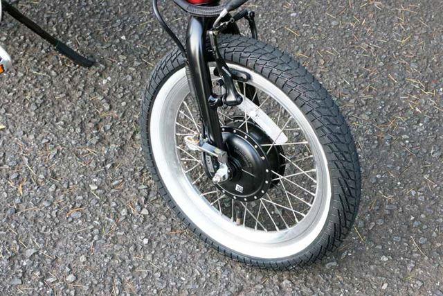 タイヤサイズは前後とも16×2.25インチ。小径ではあるが、太めのタイヤでエアボリュームは大きめ
