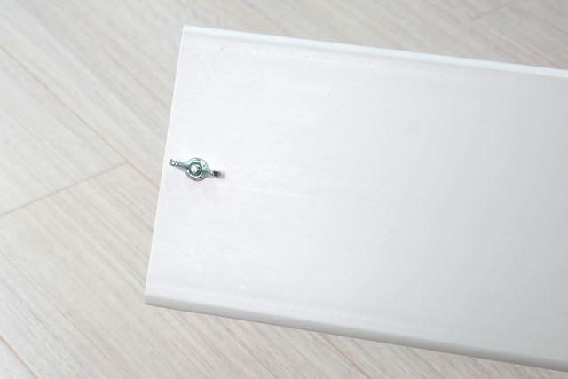 各パネルの接合部を、付属の四角ボルトと蝶ナットで仮止めする