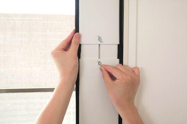 蝶ナットを少しゆるめて、窓パネルを窓枠の上下レールに合わせて差し込み、蝶ナットを締め付けて固定