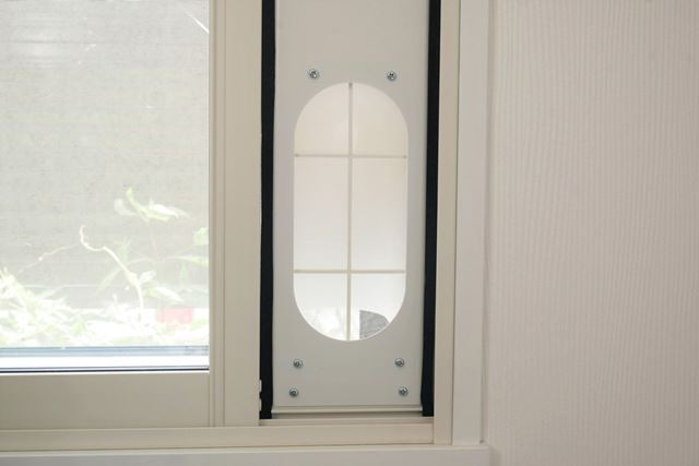 窓パネルの両脇に隙間シールを貼り付ければ、窓パネルの取り付けが完了だ