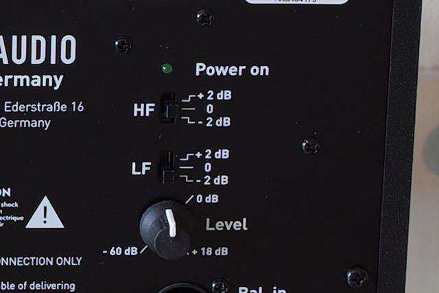 画像はAdam Audioのモデルで、高域/低域をそれぞれ+-2dBでレベル調整できるようになっている
