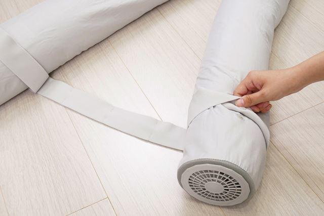 足下に伸びる2本の筒の先端を付属のゴムバンドでつなげれば、就寝中に2本の筒があちこち乱れずに済む
