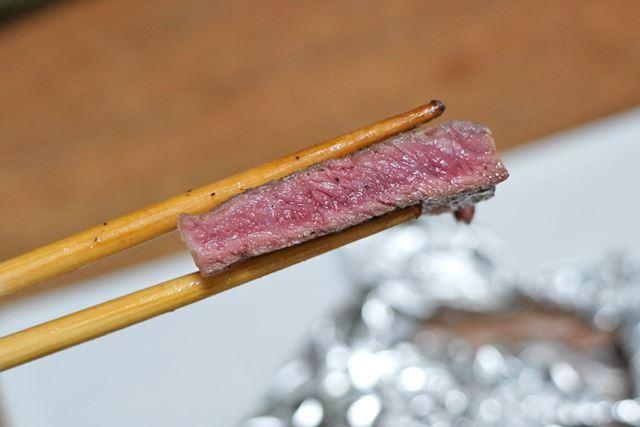 約1分後にアルミホイルから取り出して切り分けてみると……超おいしそうに焼けています!