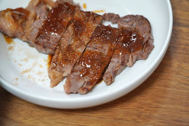 はい完成。ステーキ肉をおいしく焼けるオトコになった久米、お見事!
