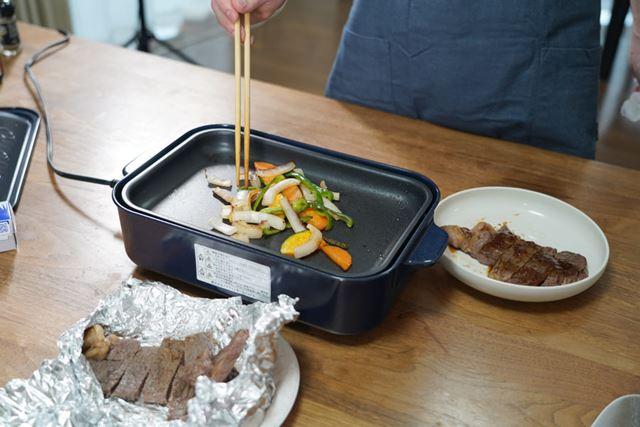 野菜はそのままホットプレートの上で焼きながら食べると、温かくてホクホクです