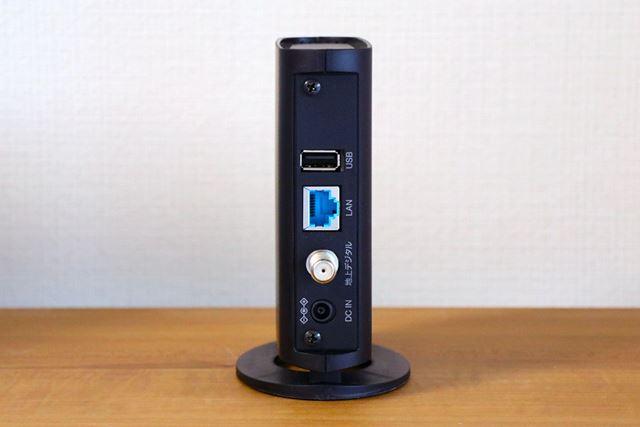 背面にUSBポート、LANポート、アンテナ入力端子、電源端子を備えます