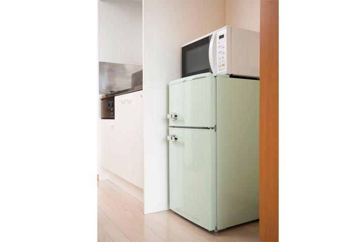 Khi lắp đặt lò vi sóng trên nóc tủ lạnh, hãy đảm bảo rằng bề mặt phía trên được trang bị bảng có khả năng chịu nhiệt 100 ° C.