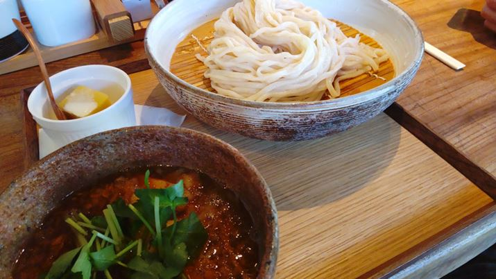 Taken with a standard camera.The texture of the wood grain of the bowl and table is well reproduced, and no color cast can be seen.