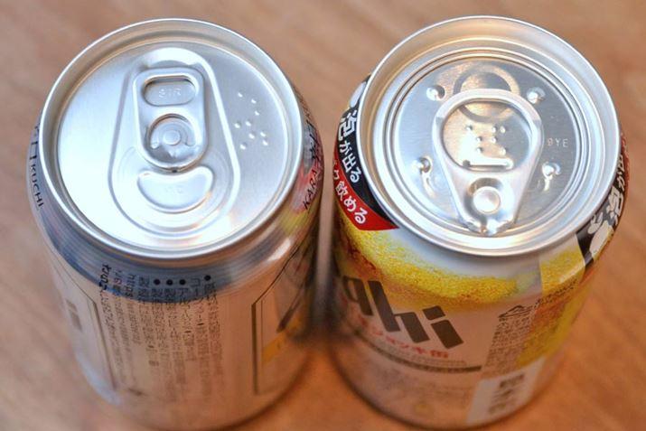 左の一般的なフタは、タブが本体に残る「ステイオンタブ式」で、昔懐かしい分離型は「プルタブ式」といわれます。そして右が「アサヒスーパードライ 生ジョッキ缶」のフタ