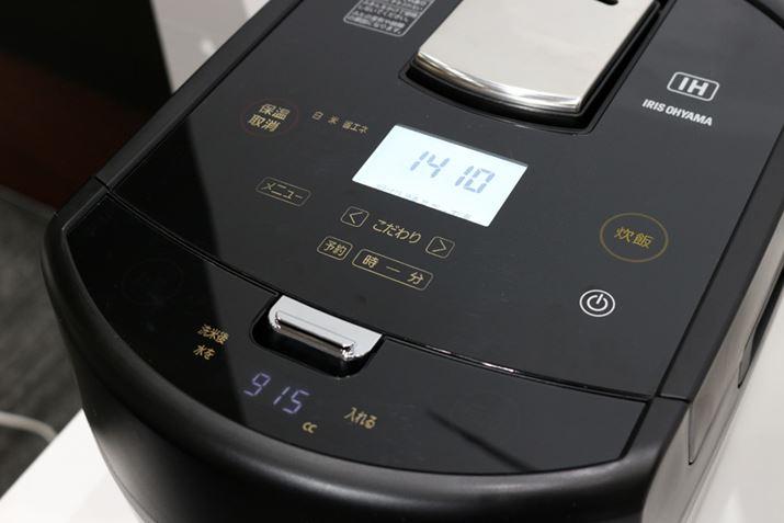 操作部は静電式のタッチパネルを採用。使用しない時は、液晶のライトや表示されている文字が消えます