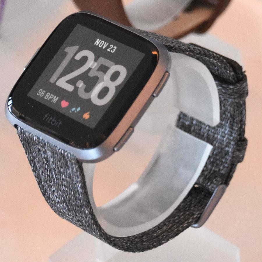 0eb52661bf 3万円切りスマートウォッチ「Fitbit Versa」! 生理周期の記録も可 - 価格.comマガジン