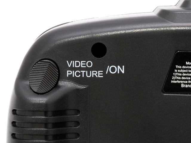 動画と静止画の撮影は送信機裏側上部のボタンで操作致しますので、フライト中に好きなタイミングで自分の視点と同じ画像が撮影ができます。