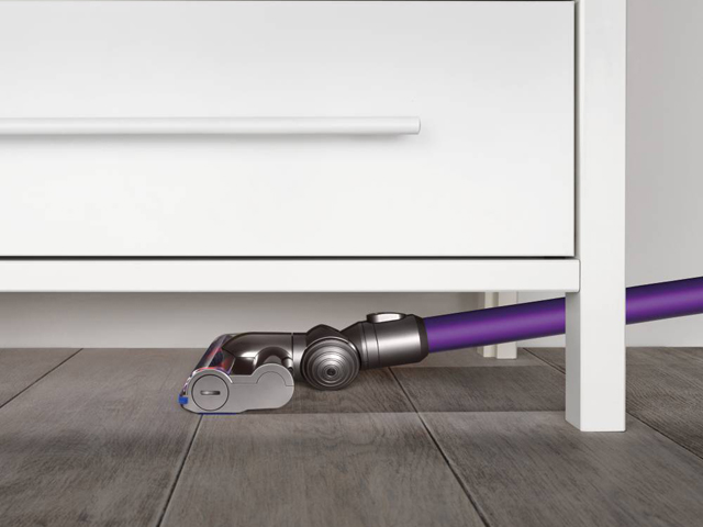 家具の下のお掃除に。本体を床と平行にした状態でも、ヘッドが床との適切な密閉性を保ち、ゴミを取り除きます。