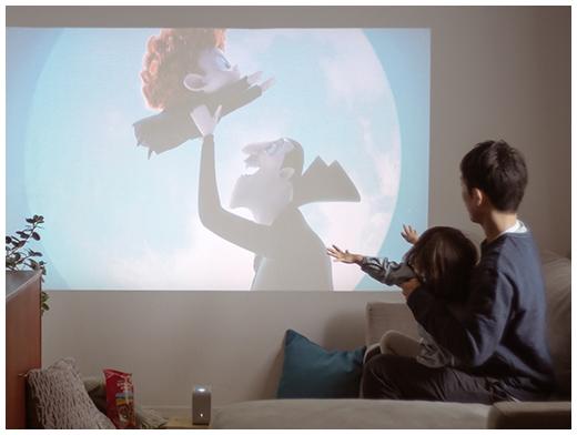 手のひらサイズなのに80インチの大画面で、テレビや映画が楽しめる
