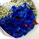 青いバラとカスミ草の花束