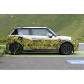 MINI初のEVモデル、充電中を激写!BMW i3 技術を移植