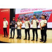 左からHRCレース運営室の�纉c哲宏室長、レプソル・ホンダ・チームのマルク・マルケス選手とダニ・...