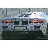 「570S」後継モデルか…マクラーレン新型ハイブリッド、鋭くテールライトが光る