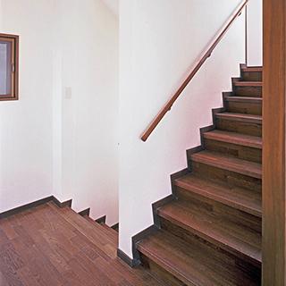 踊り場のある段差の少ない階段が理想的ですが・・・