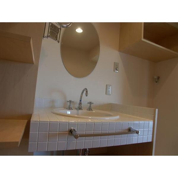 水栓、洗面ボウル、鏡、タイルを選んでいただき、施工しました。洗濯機上にもオープン棚を造作。
