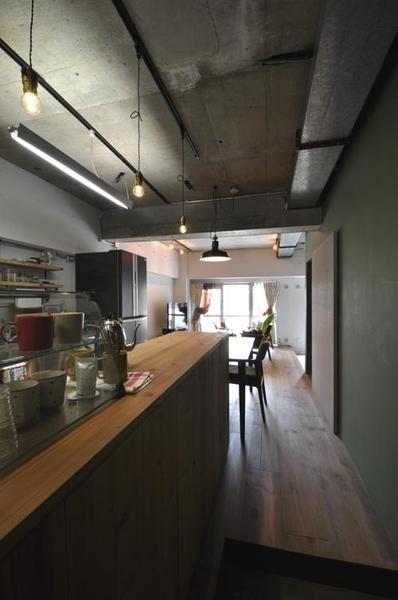 カフェをイメージにした無垢板のキッチン作業台。