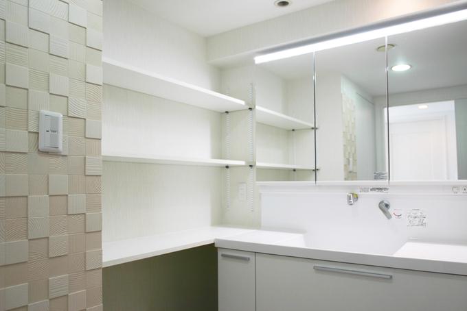 洗面室のスペースを広げて、幅120cmの洗面台と、造作した収納で使いやすい洗面室になりました。